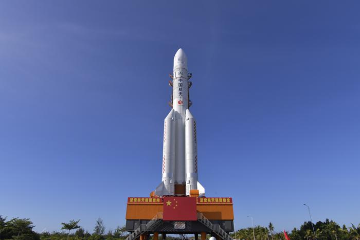 长征五号遥四运载火箭垂直转运至发射区