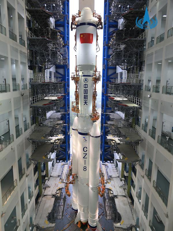 长征八号遥一火箭垂直转运至发射区